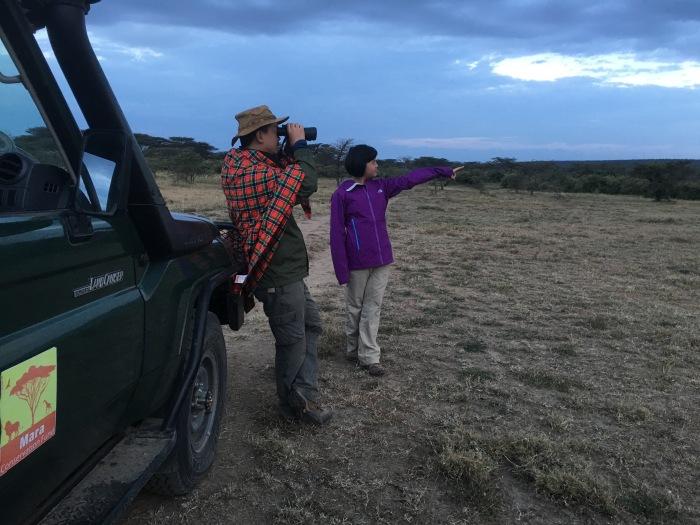 星巴父女在非洲大草原上观察野生动物的栖息...